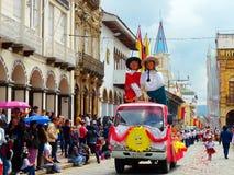 Festival de marionnette Mannequins colorés géants des cuencanos de couples image stock