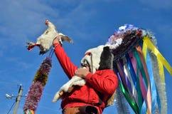 Festival de Noël dans le village roumain d'Orlovka Kartal, Bessarabia Bon esprit Moshul tenant une poule Il porte un masque fait  photographie stock