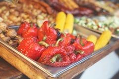Festival de nourriture de rue, poivrons rouges grillés délicieux et d'autres légumes images libres de droits