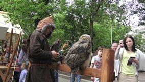 Festival de périodes et d'époques sur des rues de Moscou Équipez juger les faucons prédateurs de faucon d'oiseau de chasse dispon banque de vidéos