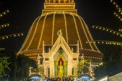 Festival de Phra Pathom Chedi, Nakhon Pathom, Tailandia en November20,2018: Phra Ruang Rodjanarith, una imagen derecha de Buda en foto de archivo libre de regalías