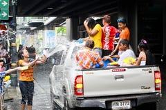 Festival de Songkarn na estrada de Sukhumvit, Banguecoque, Tailândia 15 de abril de 2014 Imagens de Stock Royalty Free