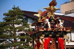 Festival de Takayama : les enfants s'asseyent sur les flotteurs majestueux Photographie stock libre de droits