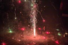 Festival dei cracker delle luci che sono sbottati alla notte immagine stock libera da diritti