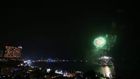 Festival del fuego artificial del lapso de tiempo sobre la playa de la ciudad de Pattaya de Tailandia almacen de metraje de vídeo