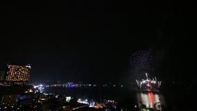 Festival del fuoco d'artificio di lasso di tempo sopra la spiaggia della città di Pattaya della Tailandia archivi video