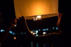 Festival del kratong di Loy delle lanterne di volo della Tailandia Fotografia Stock Libera da Diritti