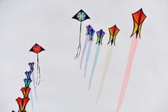 Festival dell'aquilone Aquiloni nel cielo nell'Oceano Atlantico fotografie stock