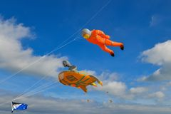 Festival dell'aquilone Aquiloni nel cielo nell'Oceano Atlantico fotografia stock
