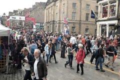 Festival della frangia di Edimburgo lungo il miglio reale nell'agosto 2016 fotografia stock libera da diritti