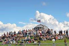 Festival der Militärgeschichte von Russland XX des Jahrhunderts Togliatti, am 7. Juli 2017 Die Zuschauer sitzen auf dem Hügel Stockbild