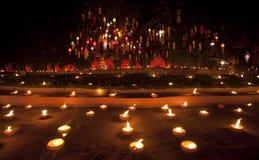 Festival des neuen Jahres, Feuerkerzen des buddhistischen Mönchs zu t Stockbild