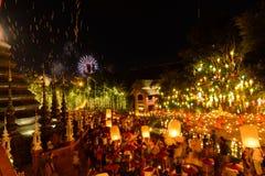 Festival des neuen Jahres, sich hin- und herbewegende Lampe der thailändischen Leute in Phan Tao Temple, Thailand Lizenzfreie Stockbilder