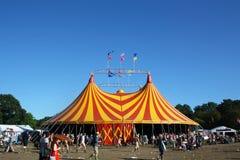 Festival di Glastonbury, Regno Unito 06 26 2015 La tenda gialla e rossa gigante al festival di Glastonbury con un cielo blu profo Immagini Stock Libere da Diritti