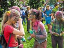 Festival di Holi di colore in Russia I giovani, i ragazzi e le ragazze si divertono durante la festa di Holi St Petersburg Estate fotografie stock