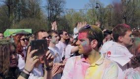 Festival di Holi dei colori Ragazza che fa foto sulla linguetta archivi video