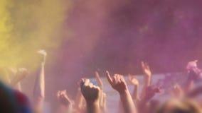 Festival di Holi, mani di salto e d'ondeggiamento della gente felice e pittura di lancio della polvere stock footage