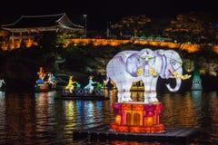 Festival di lanterna forte del yudeung di Jinju (jinjuseong) con la notte dell'elefante della lanterna del fiume Fotografia Stock Libera da Diritti