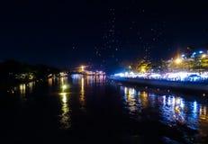 Festival di Loi Krathong in Chiang Mai Thailand sul fiume con la l fotografia stock libera da diritti