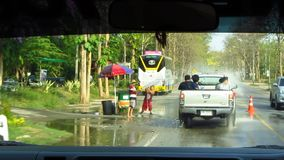Festival di Songkran - automobili che ottengono spruzzate archivi video