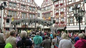 Festival di vino di visita della gente in Bernkastel al fiume di Mosella banda di musica che dà concerto a di mercato stock footage