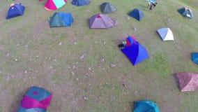 Festival ecológico del turismo, sitio para acampar (perspectiva aérea) almacen de video