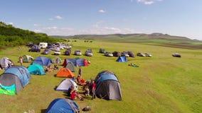 Festival ecológico do turismo, acampamento (perspectiva aérea) filme