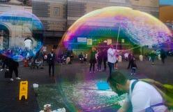 Festival enorme das bolhas de sab?o todos que aprecia foto de stock royalty free
