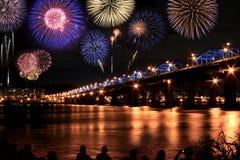 Festival espectacular de los fuegos artificiales en el río de Han Imágenes de archivo libres de regalías