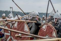 Festival etnico di cultura antica Ricostruzione dei guerrieri medievali dei cavalieri nella battaglia fotografie stock libere da diritti