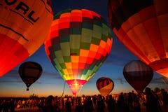 Festival för ballonger för varm luft i Pereslavl-Zalessky, Yaroslavl Oblast nattflyg i 16 juli 2016 Arkivfoto