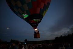 Festival för ballonger för varm luft i Pereslavl-Zalessky, Yaroslavl Oblast nattflyg i 16 juli 2016 Arkivbild