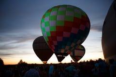 Festival för ballonger för varm luft i Pereslavl-Zalessky, Yaroslavl Oblast nattflyg i 16 juli 2016 Royaltyfri Bild