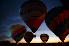 Festival för ballonger för varm luft i Pereslavl-Zalessky, Yaroslavl Oblast nattflyg i 16 juli 2016 Arkivbilder