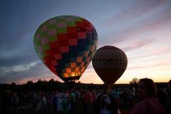 Festival för ballonger för varm luft i Pereslavl-Zalessky, Yaroslavl Oblast nattflyg i 16 juli 2016 Royaltyfria Foton
