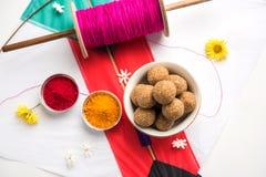 Festival feliz de Makar Sankranti - Tilgul o hasta ladoo en un cuenco o una placa con kumkum del haldi y flores con Fikri /Reel/C foto de archivo libre de regalías