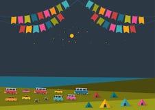Festival för sommarnatt, partimusikaffisch, bakgrund med färgflaggor och retro bilar, skåpbilar, bussar och tältfält Arkivfoton