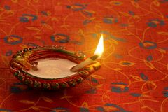 Festival indiano Diwali Diya Lamp Light no fundo vermelho Fotografia de Stock Royalty Free