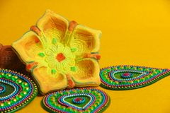 Festival indiano Dussehra, foglia verde e riso su fondo giallo fotografia stock
