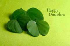 Festival indio Dussehra, mostrando la hoja de oro imágenes de archivo libres de regalías