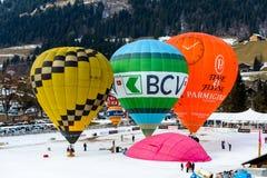 Festival internacional anual del globo del aire caliente en el castillo francés d 'Oex, Suiza Preparación de los globos foto de archivo