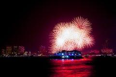 Festival internacional de los fuegos artificiales en la ciudad de Pattaya, Chonburi, tailandés Fotos de archivo