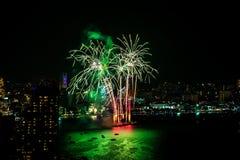 Festival internacional de los fuegos artificiales sobre la ciudad y la playa de Pattaya Fotos de archivo