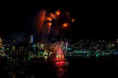Festival internacional de los fuegos artificiales sobre la ciudad y la playa de Pattaya Foto de archivo libre de regalías