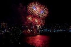 Festival internacional de los fuegos artificiales sobre la ciudad y la playa de Pattaya Imagen de archivo libre de regalías