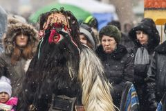 Festival Kukerlandia de mascarade d'hiver dans la ville de Yambol, Bulgarie Image stock