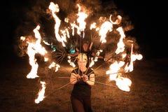 Festival medieval de Transilvania en Rumania, fuego-expectoración, lanzador de llama, respiradero del fuego fotografía de archivo