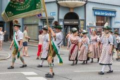 Festival mit Parade der Fanfare und der Leute in traditonal Kostümen Lizenzfreie Stockfotos