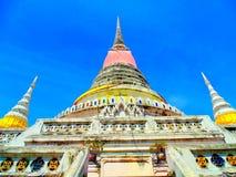 Festival sagrado colorido brilhante de Samut Prakan do paknam do landmak do santuário do céu azul de dia claro do chedi tailandês Fotos de Stock