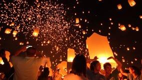 Festival tradicional de Yi Peng Sky Lantern Loi Krathong almacen de metraje de vídeo